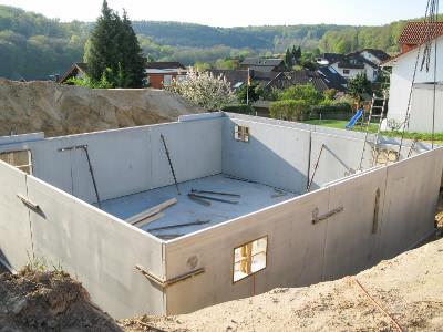 Bei Fertigkellern ist die kunststoffmodifizierte Dickbeschichtung ein probates Mittel zur Kellerabdichtung außen